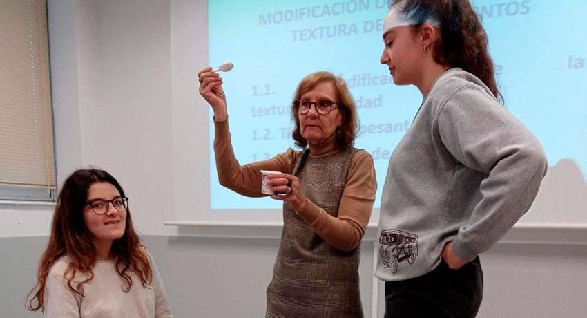 Rosa Martínez Ortega durante un demostración práctica en su taller de disfagia