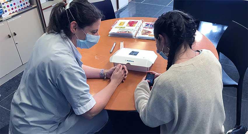 Enfermera educando a un niño con diabetes