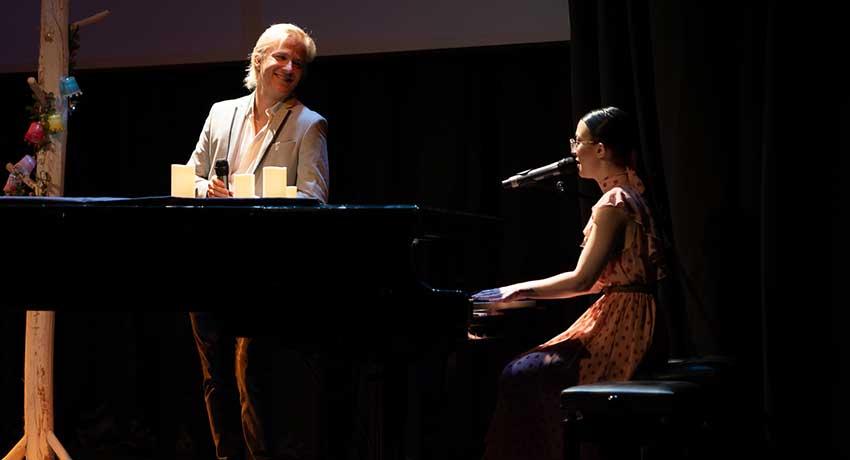 Enrique Anaut y Raquel Lamb durante su actuación musical en el Festival de Cortos Hygeia