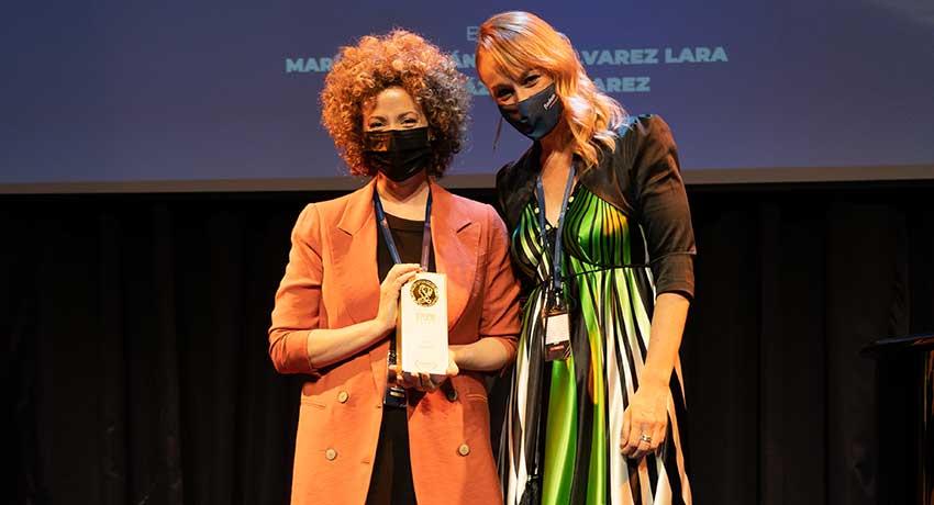 """Sara León, patrona de Fuden, entrega el premio al Mejor Corto Amateur a la autora de 'Laura"""", la enfermera Alicia Vicente"""