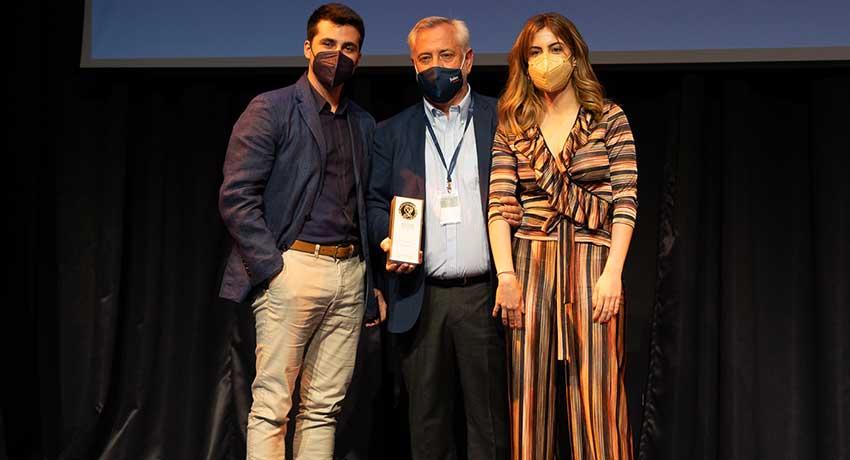 Víctor Aznar Marcén, presidente de Fuden, entrega el premio a la mención especial del jurado a los autores de 'Enfermera bonita', Diego López y Cristina Villar