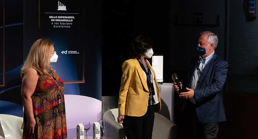 El presidente de Fuden, Víctor Aznar, entrega el galardón del Sello de Reconocimiento a los Equipos Excelentes
